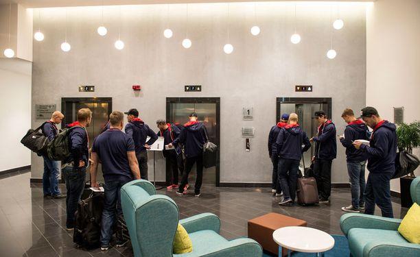Pelaajat majoittuivat Tsheljabinskin Radisson Blu -hotelliin vähän kello 23.00 jälkeen.