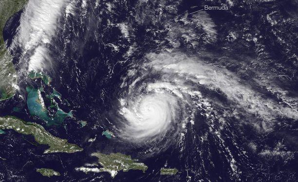 Nasan ilmakuva paljastaa hurrikaanin kokoluokan. Kuvassa myrsky on vasta saapumassa Bermudalle.