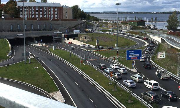 Poliisi ja pelastuslaitos sulkivat Rantatunnelin noin tunnin ajaksi perjantain iltapäiväruuhkan aikaan. Nyt tunneli on jo avoinna molempiin suuntiin.