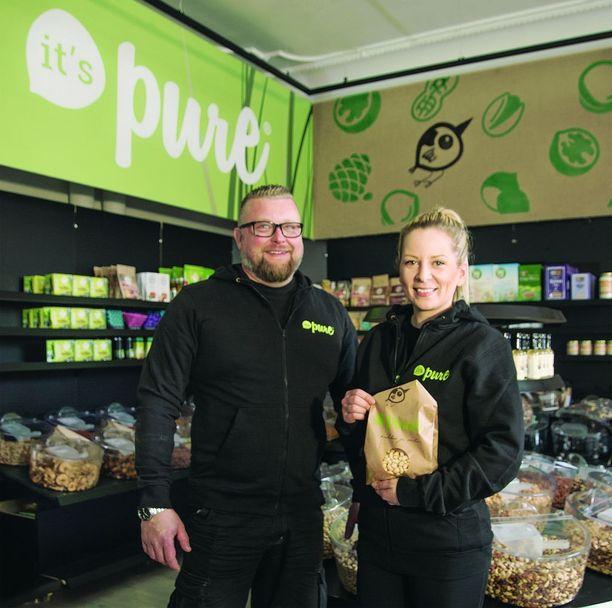 Entisen Punnitse ja Säästä -ketjun, nykyisen It's Pure -yhtiön toimitusjohtaja Juuso Siro ja Keskustorin myymäläpäällikkö Henna Lepaus avaavat innolla uudenlaista myymälää Tampereelle.