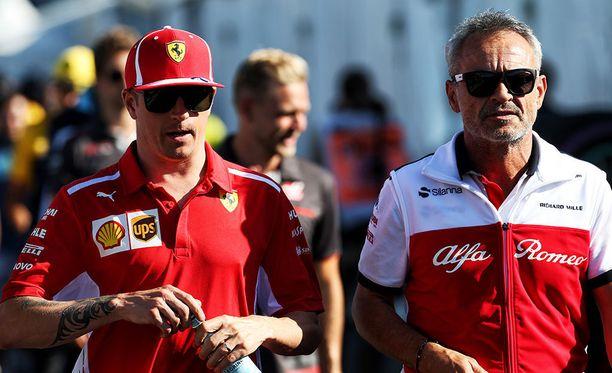 Kimi Räikkönen (vas.) nähtiin Sauber-pomo Beat Zehnderin seurassa jo kesäkuun Kanadan osakilpailussa.