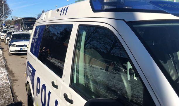 Poliisin sunnuntai-iltainen etsintäoperaatio pahoinpitelystä epäillyn kiinnisaamiseksi herätti runsaasti huomiota (kuvituskuva).