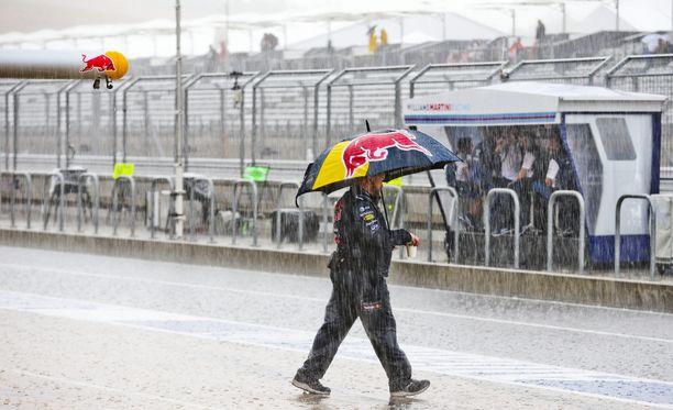 Sataa, sataa, ropisee, pili-pili-pom, pili-pili-pom.