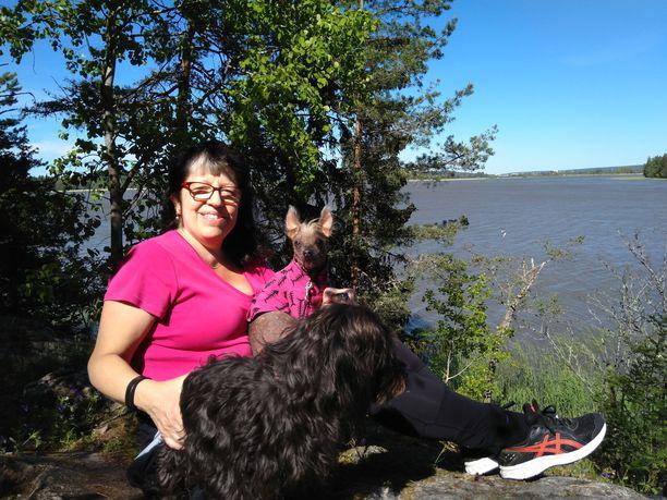 Heidi Matinlassi harrastaa kalliokiipeilyä yhdessä koiriensa Zorron ja Ellin kanssa. Luonnossa myös vapinan aiheuttamat murheet unohtuvat tehokkaasti.