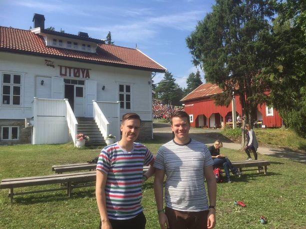 Matias Mäkynen (vas.) ja Mikkel Näkkäläjärvi poseerasivat Utöyan valkoisen päärakennuksen edessä.