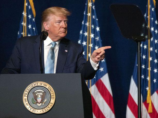 Donald Trump varoittaa Irania uhkaamasta Yhdysvaltoja.