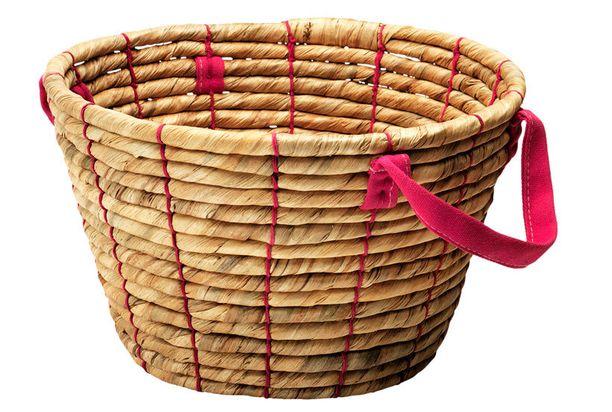 Kantokahvalliset korit voi sujauttaa vaikka tuolin alle. Riffla-kori (halk. 32cm) vesihyasinttia/meriheinää, 7,99 e, Ikea.