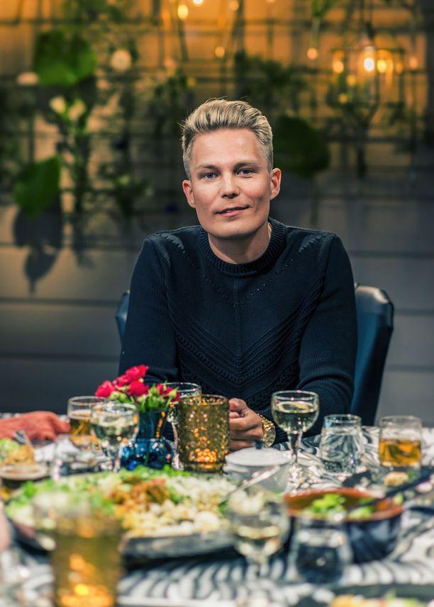 Tiihonen oli mukana myös Vain elämää -musiikkiohjelman ensimmäisellä tuotantokaudella.