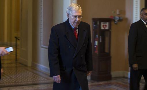 Yhdysvaltain senaatin enemmistöjohtaja Mitch McConnell sanoo senaatin äänestävän väliaikaisesta ratkaisusta budjettikriisiin varhain maanantaina.