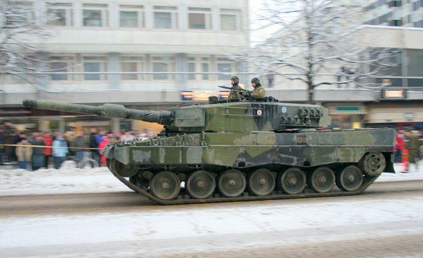 Leopard 2A4 -panssareita on Suomessa käytössä sata.