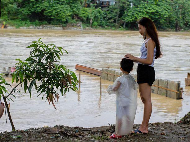 Äiti ja lapsi katselivat Marikina-jokea Filippiineillä.