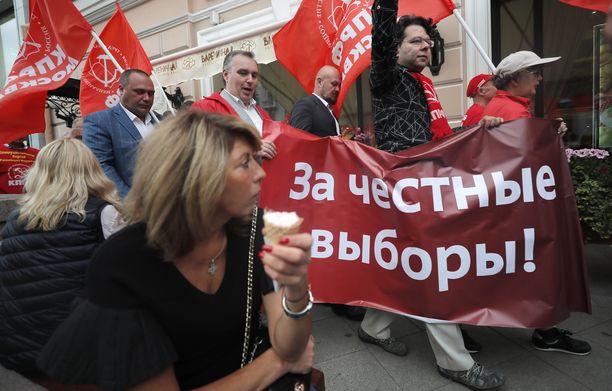 Kommunistisen puolueen jäsenet olivat 4. syyskuuta Moskovan kaupungin duuman edessä kylttien kanssa, joissa vaaditaan rehellisiä vaaleja.