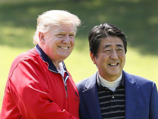 Yhdysvaltain presidentti Donald Trump ja Japanin pääministeri Shinzo Abe poseeraavat kameroille Japanissa sunnuntaina 26.5.2019.