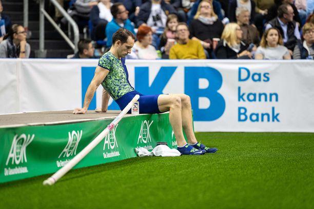 Renaud Lavillenie mursi peukalonsa kesken harjoituksen.