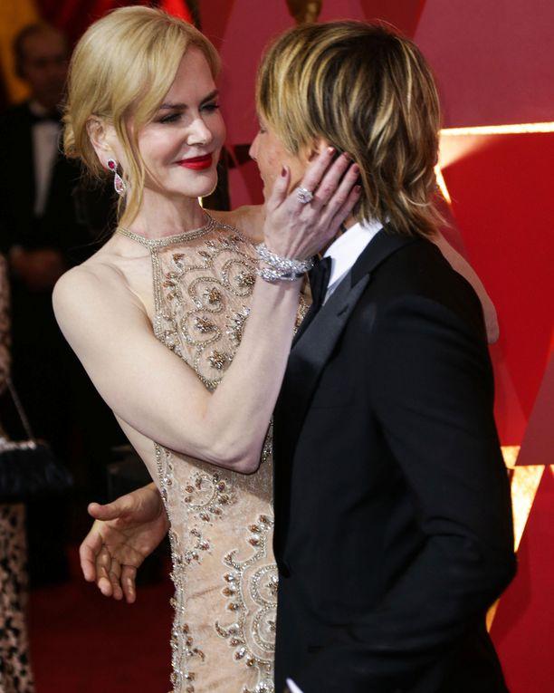 Nicole Kidman Ja Keith Urban Oscar-tunnelmissa. Kuvassa näkyy Nicolen upea timanttisormus ja timanttirannerenkaat.