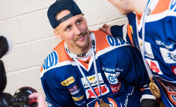 Veli-Matti Savinainen oli kohutun mailaepisodin takia yhden ottelun pelikiellossa finaalien aikana.