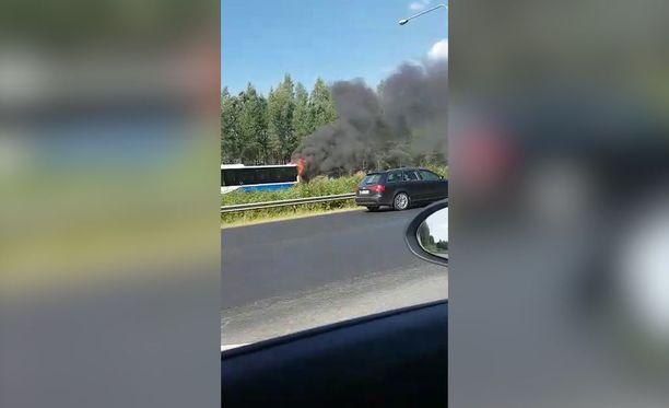 Pelastuslaitokselta kerrotaan, että linja-auto oli syttynyt tuleen.