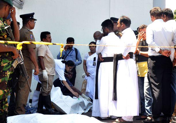 Pommi-iskun jälkiä korjataan kirkossa Sri Lankan pääkaupungissa Colombossa.