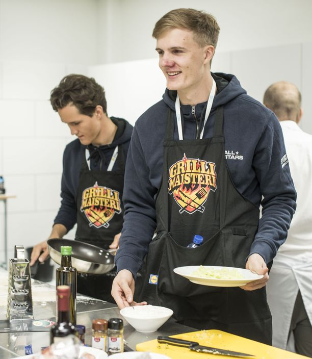 Oliver Helander ja muut Lidlin urheilijatiimin jäsenet pääsivät kokkailemaan maanantaina Espoossa.