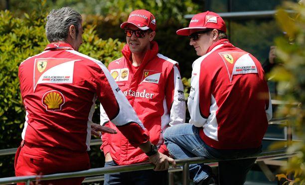 Kimi Räikkönen nauttii työstä Sebastian Vettelin ja Maurizio Arrivabenen (vas.) kanssa.