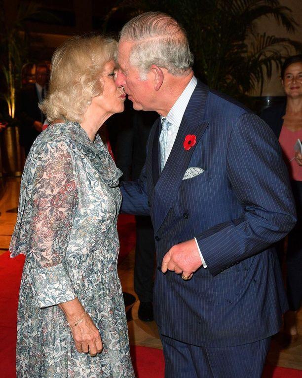 Herttuatar Camilla ja prinssi Charles edustavat parhaillaan Singaporessa.