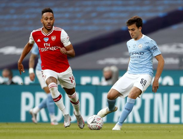 Arsenalin tehohyökkääjä Pierre-Emerick Aubameyang kilvoittelee pallosta Manchester Cityn puolustajan, Eric Garcian kanssa.