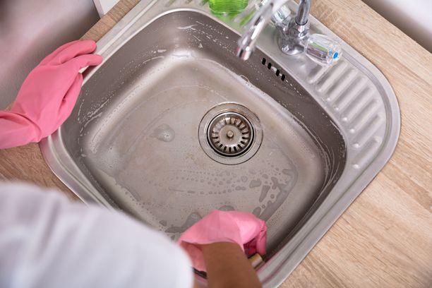 Erilaisia palveluja käytetään koko ajan. Miksi siivouspalvelun käyttäminen on jotenkin huonompaa? kysyy siivousyrityksen toimitusjohtaja ja siistijä Saana Tyni. Kuvituskuva.