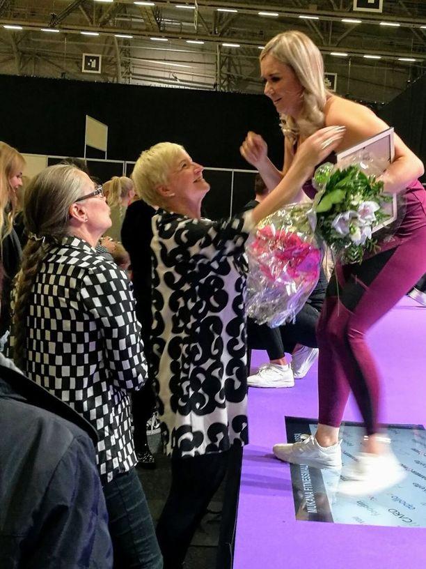 Kahdeksassa vuodessa Ulla-Maija ja Anni ovat ehtineet tutustua toisiinsa kunnolla. Ulla-Maija oli muun muassa kannustamassa Annia Fitnessmalli 2017 -finaalissa.