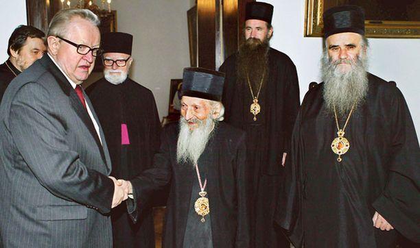 SILLANRAKENTAJA Martti Ahtisaari tapasi Serbian ortodoksien patriarkan Pavlen (keskellä) ja muita kirkon johtomiehiä vieraillessaan syksyllä 2005 Serbiassa neuvottelemassa Kosovon asemasta.