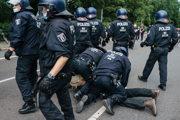 Koronarajoituksia vastustanut mielenosoitus yltyi väkivaltaiseksi.