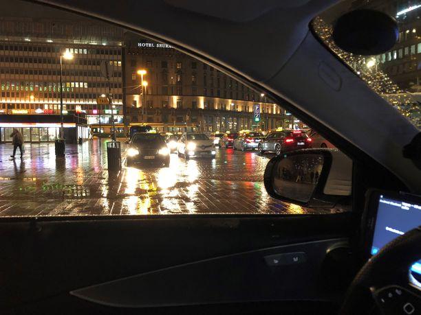 Taksikuski Jyrki Takkulan mukaan taksiuuditus on tuonut monille yrittäjille paineita korottaa hintoja.