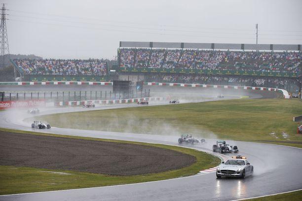 Suzukassa satoi rajusti vuonna 2014. Myös turva-autoa tarvittiin.