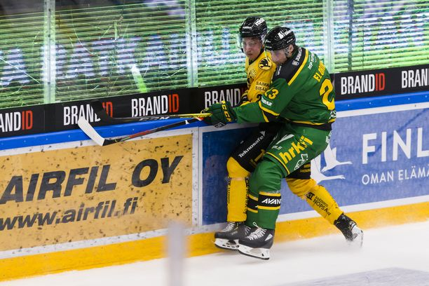 Ilves pelaa todella aktiivista jääkiekkoa liiga-avauksessa. Tamperelaisten Aleksi Elorinne jakoi jämeriä taklauksia.