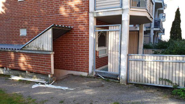 Poliisi hajotti asunnon ikkunan ja sälekaihtimet, ilmeisesti saadakseen paremman näkyvyyden sisälle.