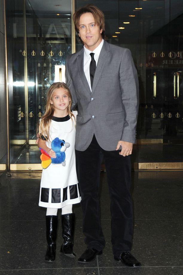 Anna Nicolen Dannielynn-tytär on nyt 10-vuotias. Kuvassa isänsä Larry Birkheadin kera vuonna 2013.
