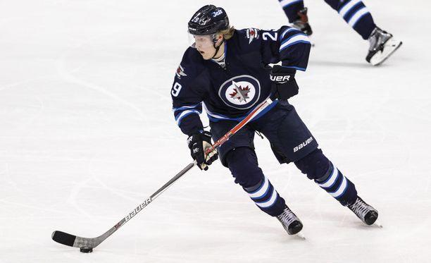 Winnipeg Jetsin Patrik Laine ei pystynyt maalipörssissä kaventamaan eroa Sidney Crosbyyn.