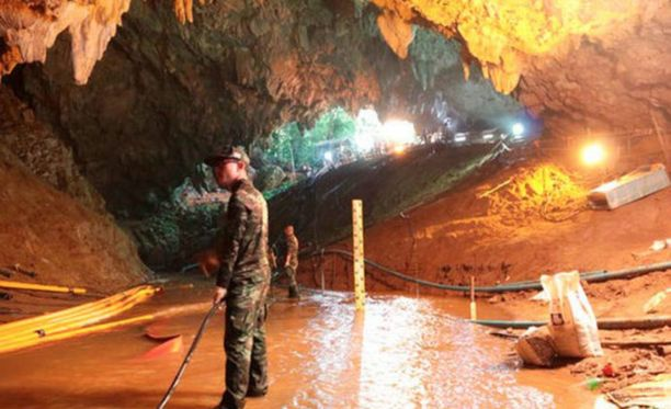 Thaimaan armeijan kuvaa pelastusoperaatiosta.