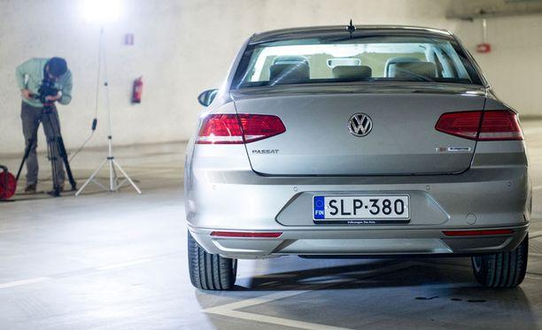 Voittajan on helppo hymyillä. Volkswagen Passat päihitti muut sekä ammattilaisten sarjassa että Iltalehti-Bridgestone Lukijakilpailussa.
