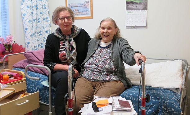 Liisa Tiukka,91, siirretään Koukkuniemen vanhainkodista maanantaina palveluasuntoon Tampereen keskustan tuntumaan. Muuttoapuna on naapuri vanhasta taloyhtiöstä Pirkko Virtanen.