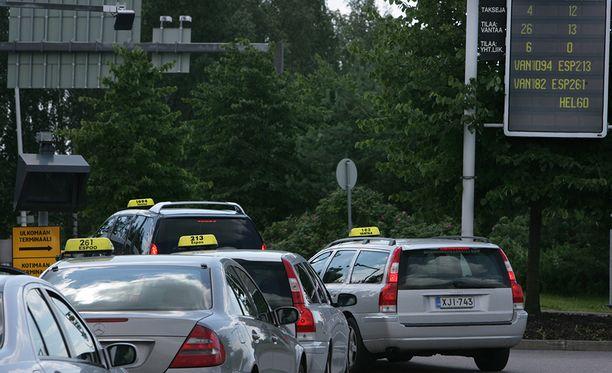 Taksien ohjautumisessa odotusalueelta terminaalien eteen on ollut ongelmia.