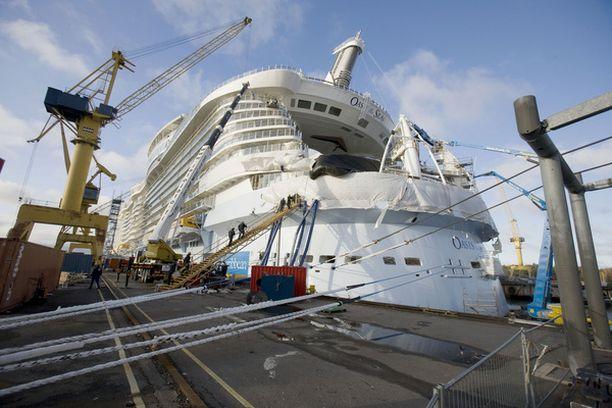 361 metriä pitkä Oasis of the Seas on maailman suurin matkustaja-alus.