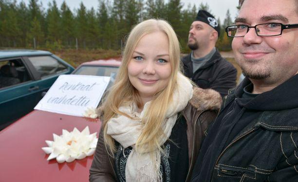 Saana ja Matti Lintula valitsivat hääautokseen punaisen Lada Samaran ja kuljettajakseen lentokoneinsinööri Mika Vilpon (takana).
