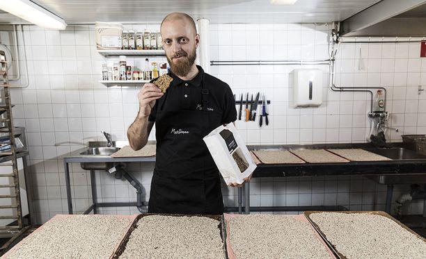 Jussi Murtomaa ja kohta uuniin laitettavat näkkäripellit.
