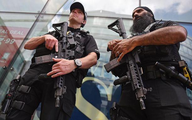 Manchester täyttyi aseistautuneista poliiseista terrori-iskun jälkeen.