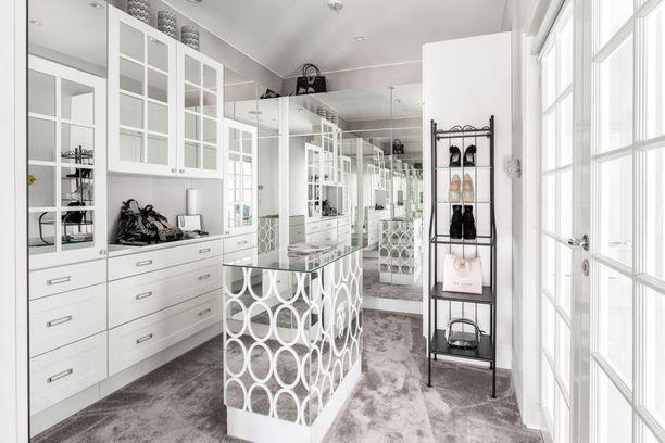 Tässä kauniissa pukeutumishuoneessa on mistä peilata. Huomaa huoneen ylellinen kokolattiamatto.