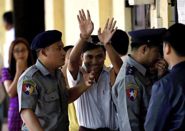 Kyaw Soe Oo nosti kätensä ilmaan saapuessaan maanantaina oikeuteen Yangonissa.
