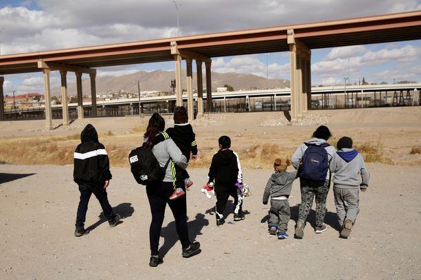 Siirtolaisia koettamassa päästä rajan yli Yhdysvaltoihin.