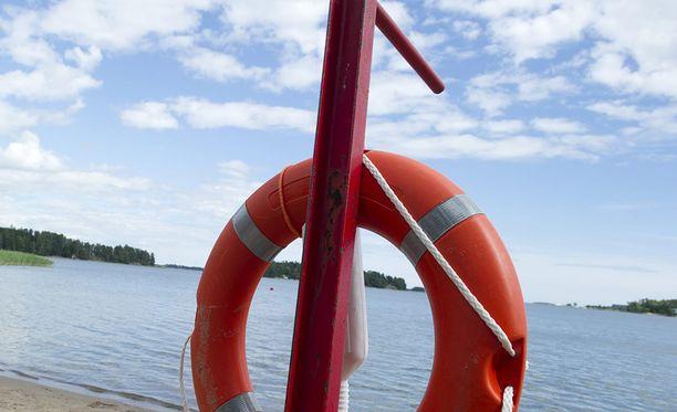 Alle 15-vuotiaan pojan uimahyppy aiheutti kiireellisen pelastusoperaation. Kuvituskuva.