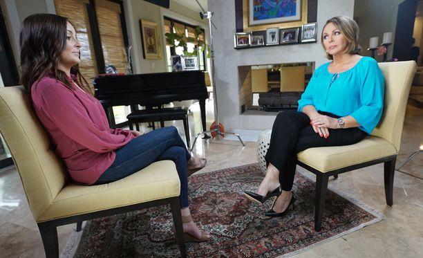 Christine Chambers myönsi ensimmäisen haastattelunsa Maria Elena Salinasille.