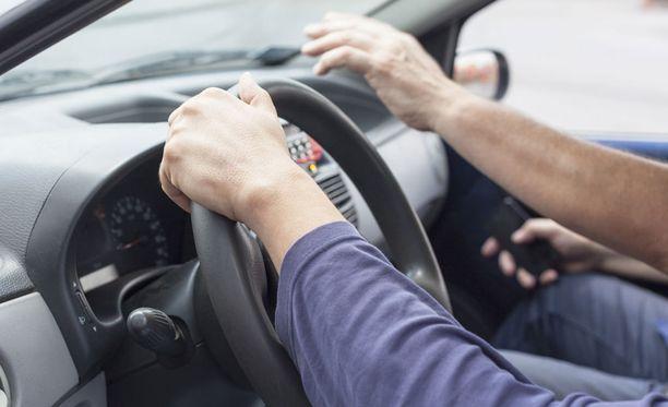 Ajokorttilain mukaan opetusluvan hankkinut voi opettaa kolmea perheen ulkopuolista oppilasta.